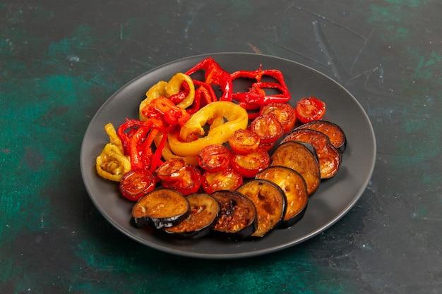 Vooraanzicht gekookte paprika met aubergines op groene ondergrond Gratis Foto