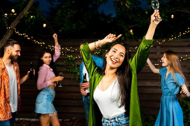 Vooraanzicht gelukkig jong meisje dansen Gratis Foto