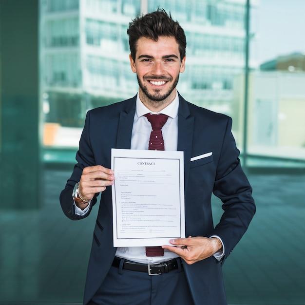 Vooraanzicht gelukkig man met een contract Gratis Foto