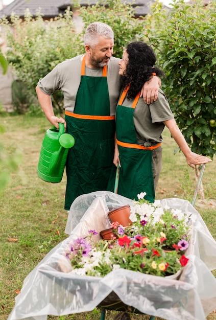 Vooraanzicht gelukkig paar met kruiwagen Gratis Foto