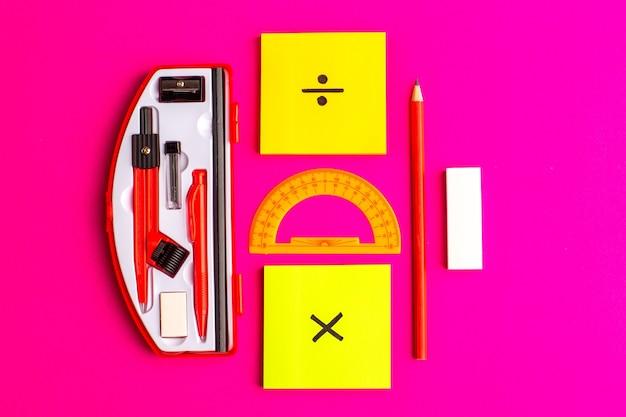 Vooraanzicht geometrische figuren met potlood en stickers op het paarse oppervlak Gratis Foto