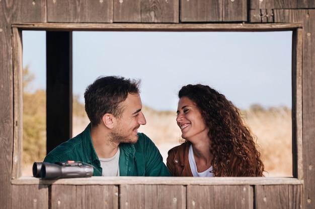 Vooraanzicht glimlachend paar in een schuilplaats Gratis Foto