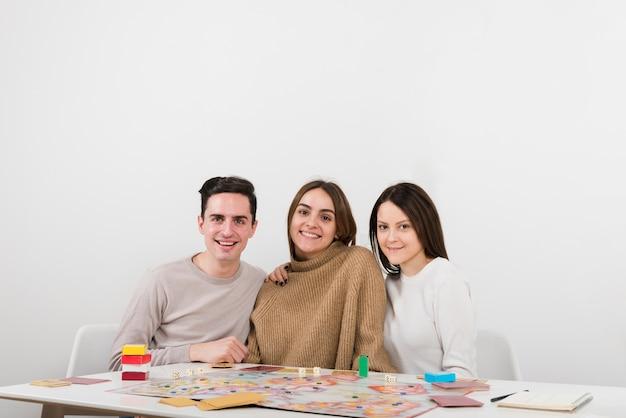 Vooraanzicht glimlachende vrienden die een raadsspel spelen Gratis Foto