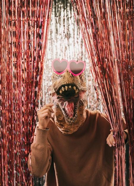 Vooraanzicht grappige dinosaurus met zonnebril Gratis Foto