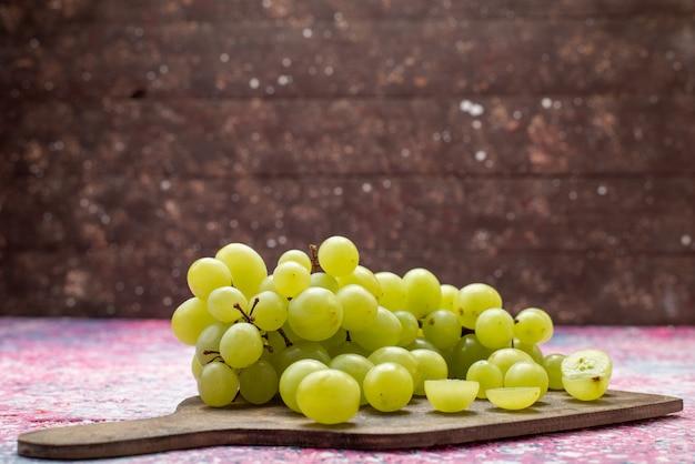 Vooraanzicht groene druiven vers zacht en sappig fruit op het heldere oppervlak fruit zacht sappig paars Gratis Foto