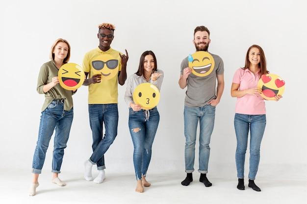 Vooraanzicht groep vrienden met emoji Gratis Foto