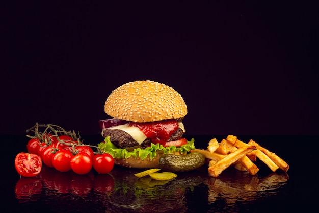 Vooraanzicht hamburger met frietjes Gratis Foto