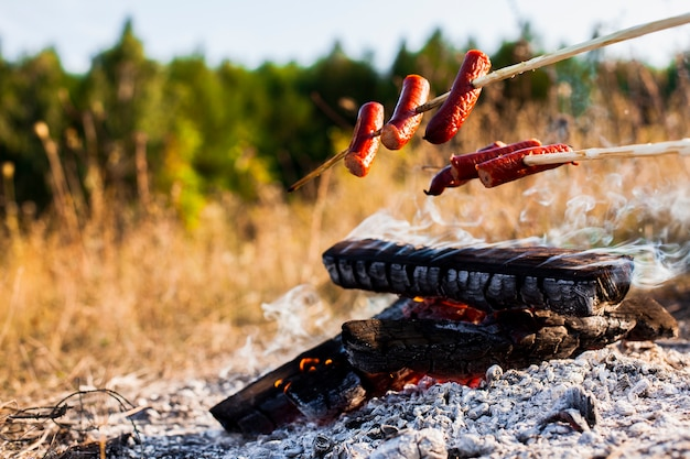 Vooraanzicht heerlijke worstjes boven het vuur Gratis Foto