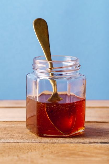 Vooraanzicht honingpot met lepel Gratis Foto