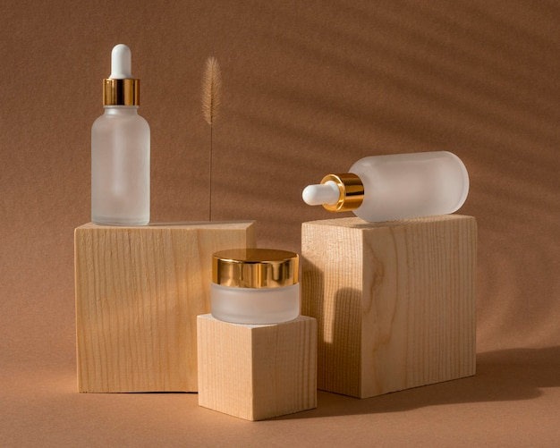 Vooraanzicht huidoliedruppelaars en gezichtscrème ontvangers arrangement Premium Foto