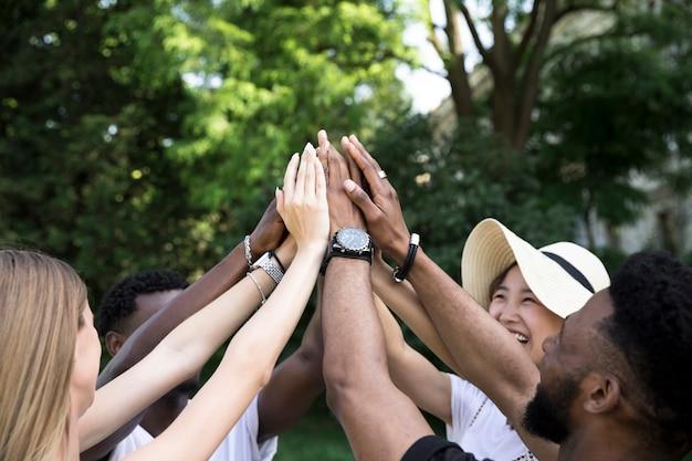 Vooraanzicht interracial vrienden juichen Gratis Foto