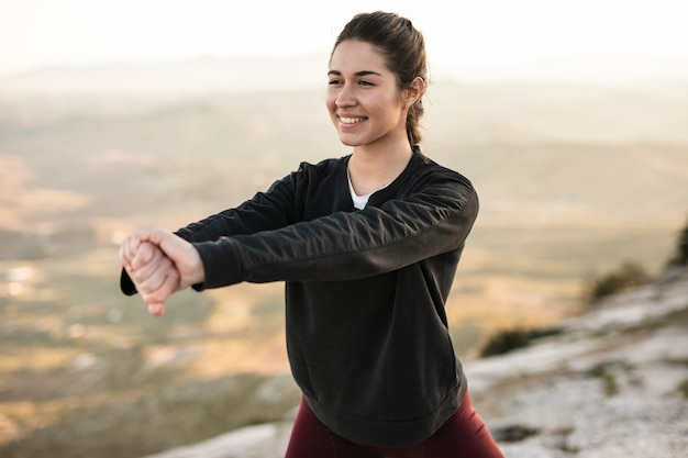 Vooraanzicht jonge en smiley vrouw training Gratis Foto