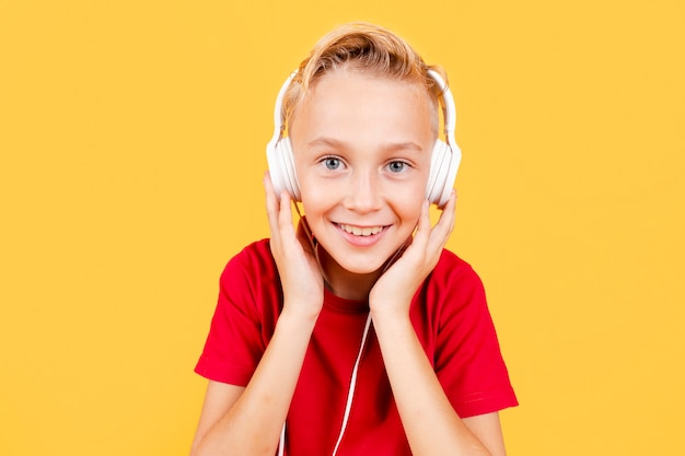 Vooraanzicht jonge jongen het luisteren muziek Gratis Foto