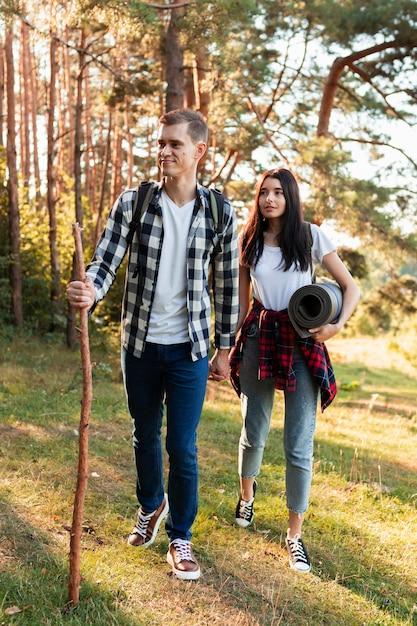 Vooraanzicht jonge man en vrouw wandelen in de natuur Gratis Foto