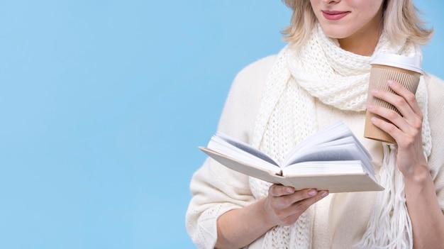 Vooraanzicht jonge vrouw die een boek leest Gratis Foto