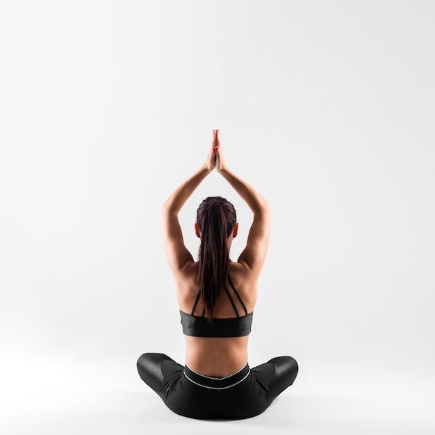 Vooraanzicht jonge vrouw in yoga pose Gratis Foto
