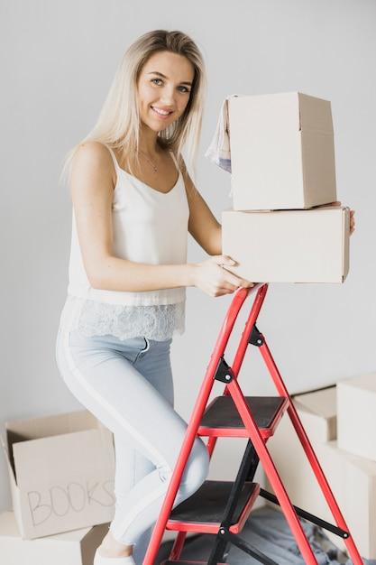 Vooraanzicht jonge vrouw klimmen ladder Gratis Foto