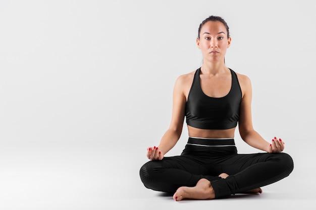 Vooraanzicht jonge vrouw mediteren Gratis Foto