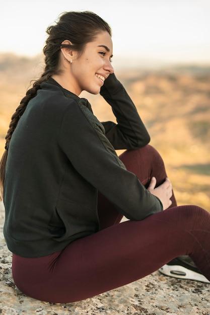 Vooraanzicht jonge vrouw op pauze na yoga Gratis Foto