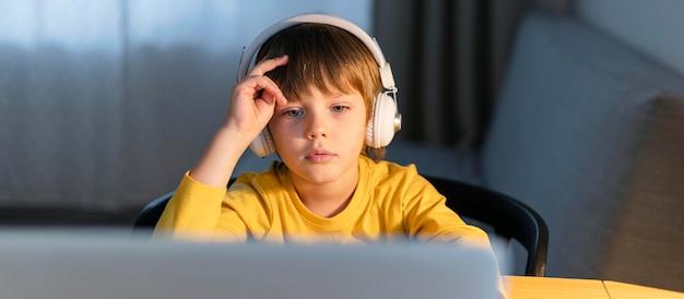 Vooraanzicht kind dat virtuele cursussen volgt Gratis Foto