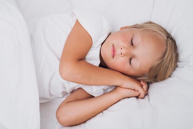 Vooraanzicht klein kind slaapt Gratis Foto