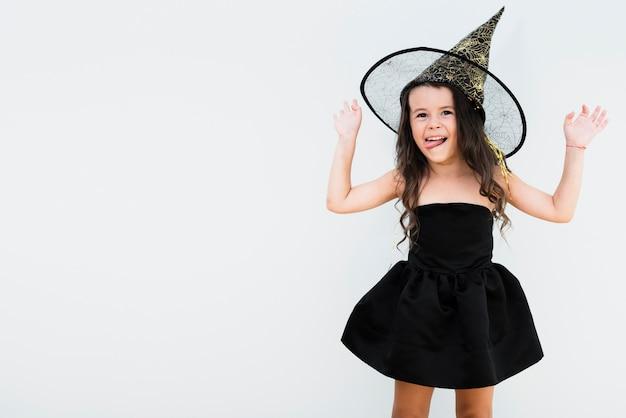 Vooraanzicht klein meisje in heks kostuum met kopie ruimte Gratis Foto