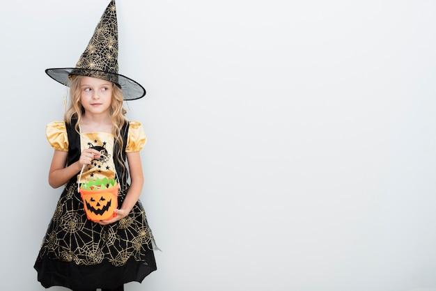 Vooraanzicht klein meisje in heks kostuum voor halloween Gratis Foto