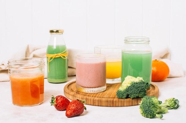 Vooraanzicht kleurrijke regeling van smoothies Gratis Foto
