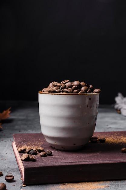 Vooraanzicht koffiebonen in beker Gratis Foto