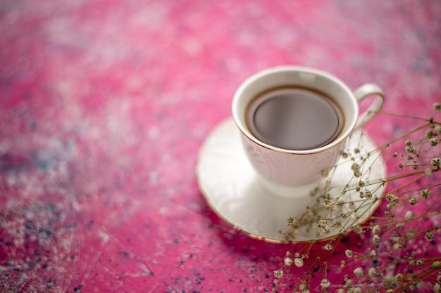 Vooraanzicht kopje thee in kopje op plaat op het roze bureau Gratis Foto