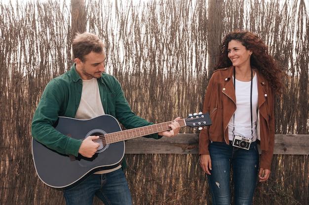 Vooraanzicht man gitaar spelen Gratis Foto