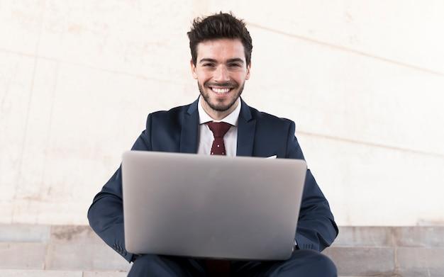 Vooraanzicht man met laptop camera kijken Gratis Foto
