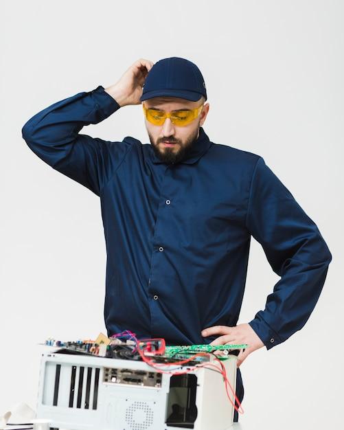 Vooraanzicht man repareren van een computer Gratis Foto