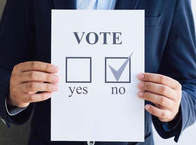 Vooraanzicht man toont zijn negatieve keuze voor het referendum Gratis Foto