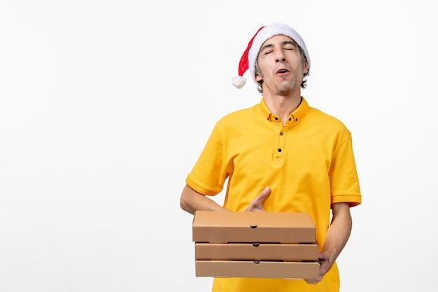 Vooraanzicht mannelijke koerier met pizzadozen op witte eenvormige de dienstlevering van de vloerbaan Gratis Foto