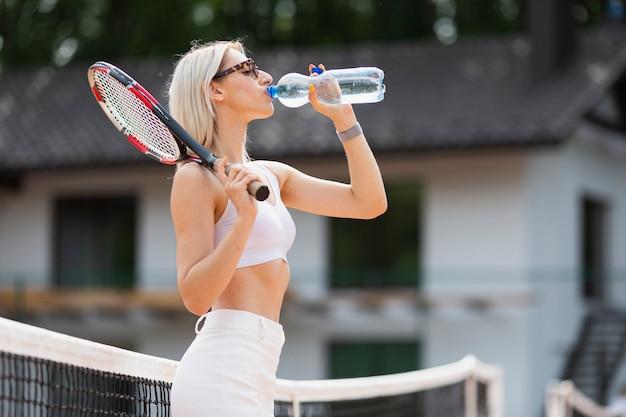 Vooraanzicht meisje drinkwater Gratis Foto