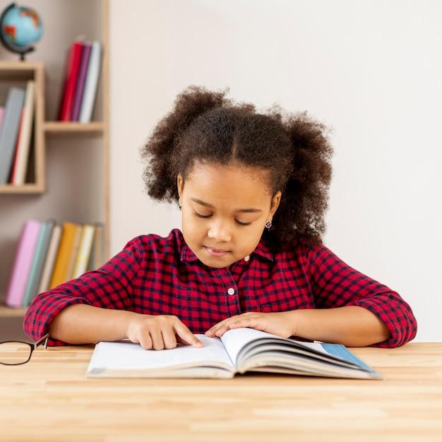 Vooraanzicht meisje lezen Gratis Foto