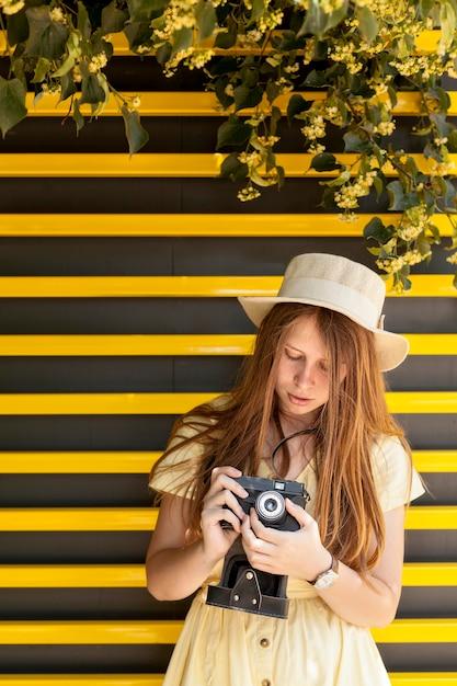 Vooraanzicht meisje met camera Gratis Foto