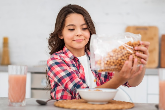 Vooraanzicht meisje voorbereiding ontbijt Gratis Foto