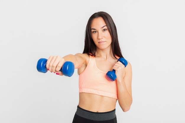 Vooraanzicht met handgewichten oefenen Gratis Foto
