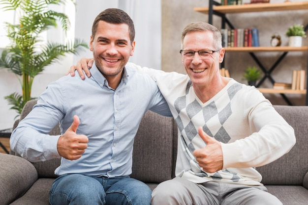 Vooraanzicht met vader en zoon met omhoog duimen Gratis Foto