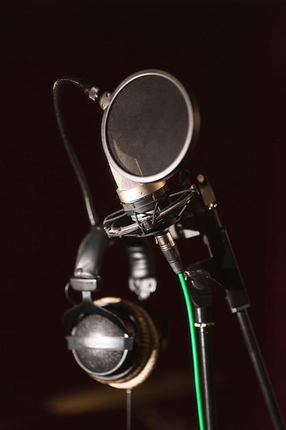 Vooraanzicht microfoon en koptelefoon Gratis Foto