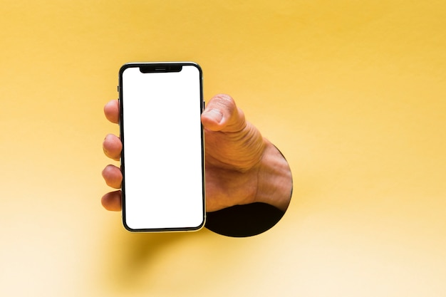 Vooraanzicht mockup smartphone gehouden door persoon Gratis Foto