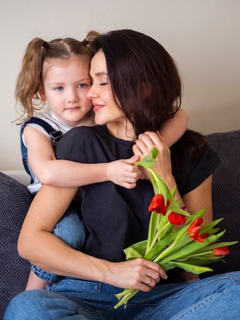 Vooraanzicht moeder en dochter samen poseren Gratis Foto