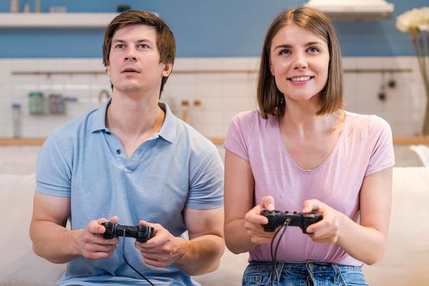 Vooraanzicht moeder en vader spelen van videospellen Gratis Foto
