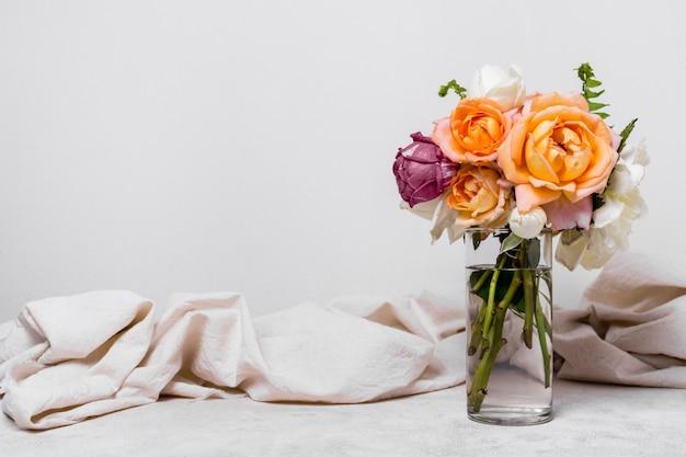Vooraanzicht mooi arrangement van rozen Gratis Foto