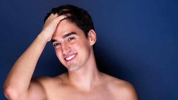 Vooraanzicht mooie jonge man Gratis Foto