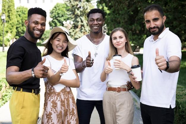 Vooraanzicht multi-etnische mensen goedkeurend Gratis Foto