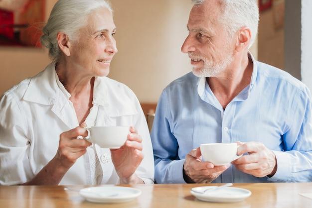 Vooraanzicht oude mensen kijken naar elkaar Gratis Foto