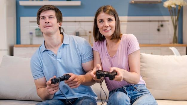 Vooraanzicht ouders spelen van videogames thuis Gratis Foto